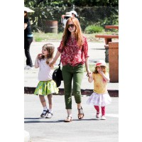 Isla Fisher on yummy mummy duty at a child's birthday party in LA. http://www.celebritybabyscoop.com/2013/03/24/fisher-saturday-smiles/gallery/6