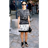 Salma Hayek looks elegant in monochrome http://au.eonline.com/photos/9998/celebrity-sightings-at-paris-fashion-week-spring-2014/317799 Bertrand Rindoff Petroff/Wire Image