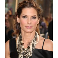 Sandra Bullock layers multiple necklaces http://www.stylebistro.com/lookbook/Layered+Pearl+Necklace/B8qZgd0jK4R source: style bistro credit: Jason Merritt/Getty Images North America