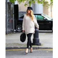 Blake Lively in leggings and baggy sweater source: style bistro credit: Pacific Coast News http://www.stylebistro.com/lookbook/Blake+Lively/Leggings