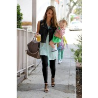 Jessica Alba in plain leggings with a long aqua shirt source: style bistro credit: http://www.stylebistro.com/lookbook/Jessica+Alba/GlSYoOk0VZg