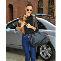 Miranda Kerr in highwaisted jeans and Givenchy tote source: Robyn Cooke style guide credit: Splash News http://www.robyncooke-styleguide.co.za/2012/11/miranda-kerrs-street-style.html