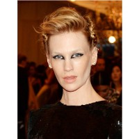 January Jones' radical eyeliner. http://www.allure.com/beauty-trends/2013/best-beauty-looks-from-the-met-ball-2013#slide=1