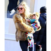 Sienna Miller carries Marlowe while looking luxe in a fur coat and retro sunglasses. source: made for mums credit: Splash News http://www.madeformums.com/celebs/sienna-miller-and-baby-girl-marlowe-hit-new-york-city-in-style/26142.html