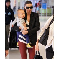 Miranda and baby Flynn in Sydney airport. source: celebritybabyscoop credit: FLYNET http://www.celebritybabyscoop.com/2011/12/02/miranda-kerr-her-super-sweet-son/gallery/1