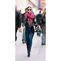 Effortlessly chic, Miranda Kerr street style. Image via http://www.glamour.com/fashion/2013/01/26-genius-outfit-ideas-to-steal-from-street-style-star-miranda-kerr#slide=26