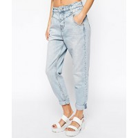 GET THE LOOK > River Island Light Wash Mom Jean, $78.45 http://www.asos.com/au/River-Island/River-Island-Light-Wash-Mom-Jean/Prod/pgeproduct.aspx?iid=4282036&SearchQuery=mom%20jeans&sh=0&pge=0&pgesize=36&sort=-1&clr=Lightauth