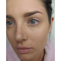 Dark circles under the eyes can be corrected with pigmented concealer.